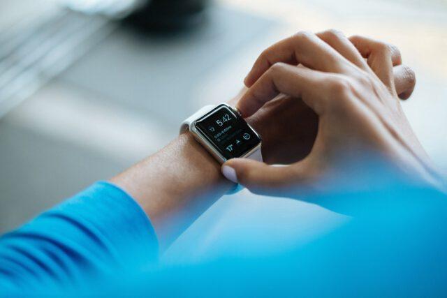 Smartwatch czy smartband – co warto kupić?